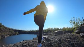 La cámara lenta de la mujer del caminante que va al top de la montaña, disfruta y aumenta de las manos