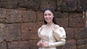 La cámara lenta de la mujer en vestido tailandés está caminando almacen de metraje de vídeo