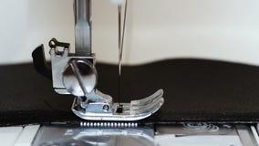 La cámara lenta de la vista delantera de la aguja con el hilo de la máquina de coser cose de cuero almacen de video