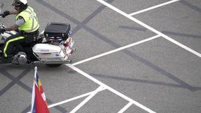 La cámara lenta del coche policía con la sirena enciende destellar almacen de video