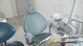 La cámara lenta que tira la oficina dental médica se equipa del equipo especializado para el tratamiento dental y el paciente almacen de video