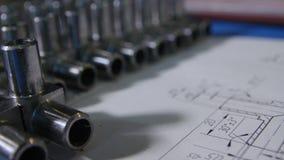La cámara macra gira sobre piezas del equipo del metal en taller almacen de metraje de vídeo