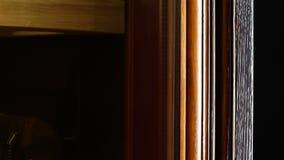 La cámara macra se mueve a lo largo del gabinete de refrigeración para almacenar del vino almacen de video