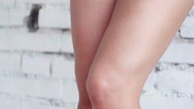 La cámara muestra las piernas femeninas deportivas hermosas que se colocan en los dedos del pie de la extremidad en piso de mader metrajes