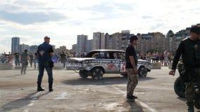 La cámara mueve el coche y a la gente estrellados pasado de competición en el salón del automóvil almacen de metraje de vídeo