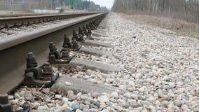 La cámara resbala sobre ferrocarril y durmientes metrajes