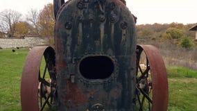 La cámara sale del viejo agujero oxidado almacen de metraje de vídeo