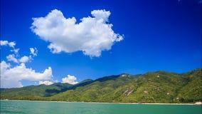 la cámara se acerca a las nubes sobre sombras montañosas de la isla en las colinas