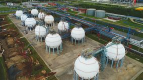 La cámara se levanta sobre depósitos y complejo de refinería esféricos almacen de metraje de vídeo