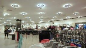 La cámara se levanta y opinión panorámica de la tienda del encanto de la demostración almacen de video