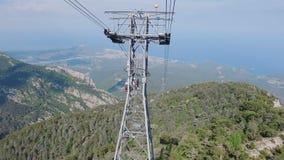 La cámara se mueve a lo largo de la manera de cable en Tahtali en Turquía, opinión sobre la costa, el bosque y rocas metrajes