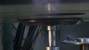 La cámara se mueve a lo largo de pieza de metal del compresor en la instalación de producción almacen de video