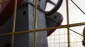 La cámara se mueve a lo largo del aceite potente moderno hecho salir bien metrajes