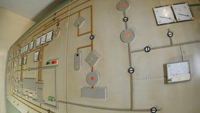 La cámara se mueve a lo largo del panel de control con los metros y las luces de los sensores metrajes