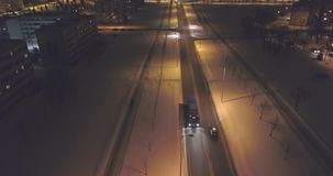 La cámara sigue los coches, en el camino en la noche Cantidad aérea almacen de metraje de vídeo