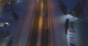 La cámara sigue los coches, en el camino en la noche Cantidad aérea almacen de video
