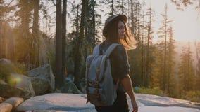 La cámara sigue a la muchacha turística pacífica hermosa que camina en bosque profundo en la cala que sorprende en la cámara lent metrajes