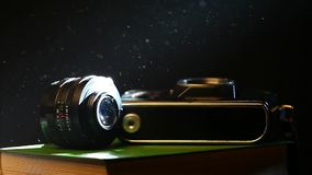 La cámara vieja de la foto reserva el fondo oscuro metrajes