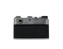La cámara vieja de la película del telémetro es, aislado en un fondo blanco Foto de archivo