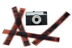 La cámara vieja de la película y la película negativa. Fotos de archivo