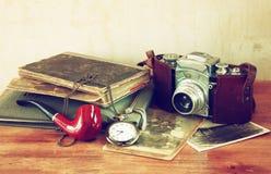La cámara vieja, las fotografías antiguas y el bolsillo viejo registran Imagen de archivo libre de regalías