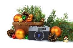 La cámara vieja y un árbol de navidad Aislado Imágenes de archivo libres de regalías