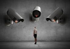 La cámara vigila mujer Fotografía de archivo