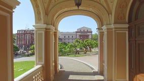 La cámara vuela al revés a través de arcos del teatro de Odessa Opera y de ballet almacen de video