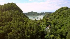 La cámara vuela sobre la montaña grande y muestra el templo budista metrajes