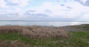 La cámara vuela sobre la orilla de un lago grande que se traslada profundamente al lago almacen de metraje de vídeo