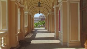 La cámara vuela a través de arcos del teatro de Odessa National Academic Opera y de ballet almacen de metraje de vídeo