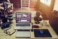 La cámara y el abejón del ordenador portátil adaptan para el hombre del redactor o trabajan independientemente fotos de archivo