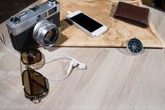 La cámara y los accesorios análogos retros viejos de la foto viajan Imagen de archivo
