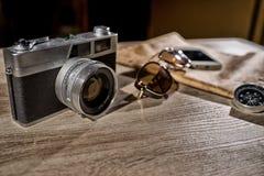 La cámara y los accesorios análogos retros viejos de la foto viajan Foto de archivo libre de regalías