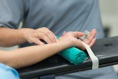 La cánula arterial de la compresa antes conecta el monitor Foto de archivo libre de regalías