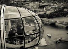 La cápsula del ojo de Londres - turistas foto de archivo libre de regalías