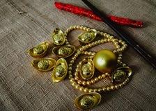 La célébration chinoise de nouvelle année avec la décoration, les lingots d'or et les perles d'or représentent le luxe et la pros Image stock