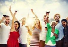 La célébration d'amitié d'amis dehors font la fête le concept Image libre de droits