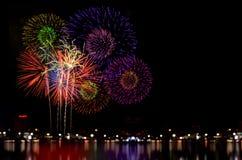 La célébration de feux d'artifice et la nuit de ville allument le fond Images libres de droits