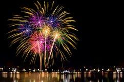 La célébration de feux d'artifice et la nuit de ville allument le fond Photographie stock