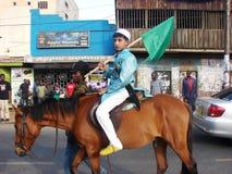 La célébration de l'ONU Nabbi de Milad badine l'équitation sur des chevaux Photos stock