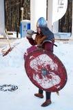 La c?l?bration de Maslenitsa dans le domaine Arkhangelsk Les acteurs donnent une exposition costum?e photographie stock libre de droits