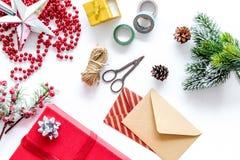La célébration 2018 de nouvelle année avec des présents et l'enveloppe sur le fond blanc complètent le veiw Photographie stock
