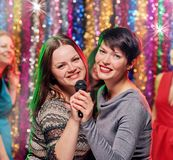 La célébration des femmes dans le bar karaoke Photos stock