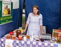 La célébration du jour du miel dans la ville russe de Medyn, région de Kaluga le 14 août 2016 photos libres de droits