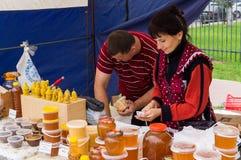 La célébration du jour du miel dans la ville russe de Medyn, région de Kaluga le 14 août 2016 image stock