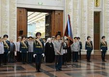 La cérémonie d'attribuer à la bannière dans le hall de la gloire militaire le musée de la grande guerre patriotique sur la collin Image stock
