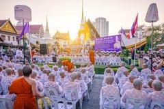 La cérémonie de classification de novice d'une tradition d'été, moine bouddhiste nouvellement ordonné prient avec le cortèg photo stock