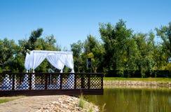 La cérémonie de mariage à beau l'étang Photographie stock