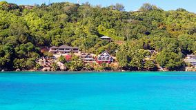 La côte colorée des Seychelles comme vu de l'eau images libres de droits